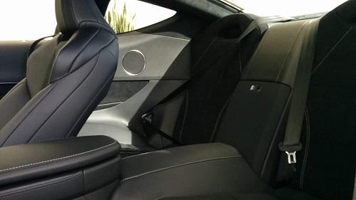 LC500の後部座席