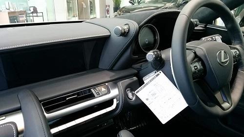 LEXUS LCの運転席